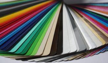 Folienbeschriftung eignet sich zur Beschriftung aller glatten Oberflächen, wie z.B. Fahrzeuge & Schaufenster